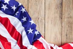 Amerikanska flaggan på wood bakgrund för Memorial Day eller 4th av Juli arkivfoton
