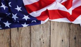 Amerikanska flaggan på wood bakgrund för Memorial Day eller 4th av Juli Royaltyfri Foto