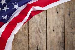 Amerikanska flaggan på wood bakgrund för Memorial Day eller 4th av Juli Fotografering för Bildbyråer