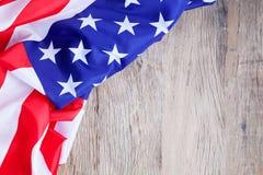 Amerikanska flaggan på wood bakgrund för tillfogar text Memorial Day eller 4t arkivfoton