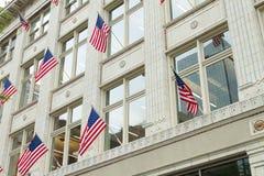 Amerikanska flaggan på yttre byggande Fotografering för Bildbyråer