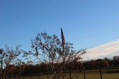 Amerikanska flaggan som den satte vinden arkivbild