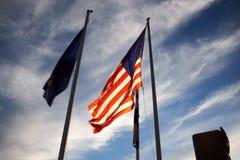 Amerikanska flaggan som fladdrar i vinden på skymning Royaltyfria Bilder
