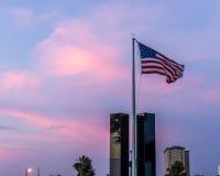 Amerikanska flaggan som flyger över minnesmärken 9-11 Arkivfoto