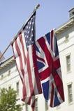 Amerikanska flaggan som hänger med fackliga Jack British Flag Arkivfoto