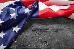 Amerikanska flaggan som ligger på gammalt träbräde royaltyfri fotografi