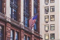 Amerikanska flaggan som vinkar från en byggnad i Broadway Manhattan Royaltyfri Foto