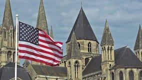 Amerikanska flaggan som vinkar i vinden, Caen stad i Normandie, arkivfilmer
