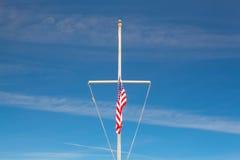 Amerikanska flaggan som vinkar i vinden på den typiska amerikanska flagpolen Arkivfoton