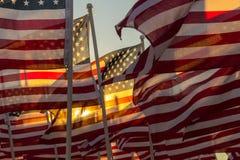 Amerikanska flaggan som vinkar på solnedgången Royaltyfria Foton