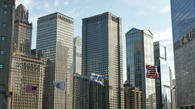 Amerikanska flaggan som vinkar under Chicago horisont lager videofilmer