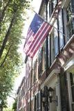 Amerikanska flaggan som visas på det historiska 18th århundradehemmet i Alexandria, VA Arkivfoto