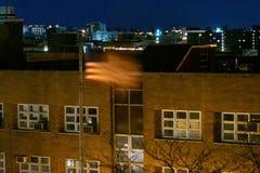 Amerikanska flaggan, stjärnor & band som vinkar i vinden under en stillhet och en tyst natt i Bronxen, NY, USA arkivfoton