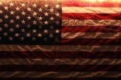 Amerikanska flaggan tände upp vid tomtebloss för 4th Juli Royaltyfri Bild