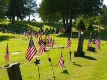 Amerikanska flaggan under den Juli 4 minnesmärken på kyrkogården Arkivbilder