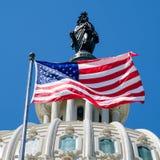Amerikanska flaggan vinkar i fron av Kapitoliumbyggnaden i Washi Royaltyfri Bild
