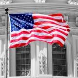 Amerikanska flaggan vinkar i fron av Kapitoliumbyggnaden i Washi Arkivbilder