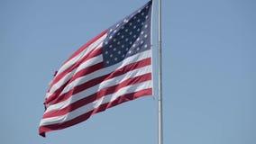 Amerikanska flagganflyg med vinden lager videofilmer