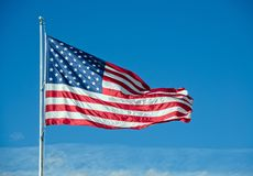 Amerikanska flagganflyg ovanför molnen arkivfoton