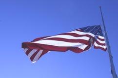 Amerikanska flagganflyg på den halva personalen eller den halva masten Arkivfoto