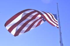 Amerikanska flagganflyg på den halva personalen eller den halva masten Arkivbilder