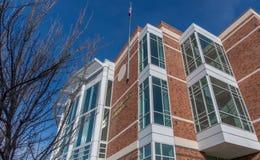 Amerikanska flagganflyget på den Klamath County domstolsbyggnaden i Klamath faller Oregon Royaltyfria Bilder