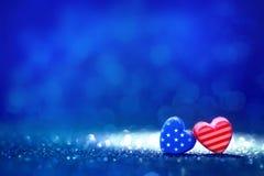 Amerikanska flagganhjärtaformer på abstrakt ljus blänker bakgrund Royaltyfri Fotografi