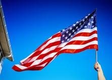 Amerikanska flagganinnehav i hand Arkivfoton