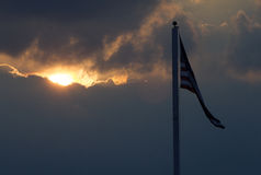 amerikanska flaggansolnedgång royaltyfri fotografi