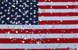 Amerikanska flagganstjärnor och band med färgrika konfettier under th Arkivfoto