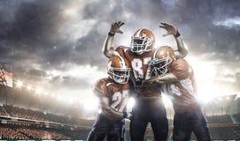 Amerikanska fotbollsspelare i handling på stadion royaltyfria bilder