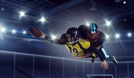 Amerikanska fotbollsspelare på arenan Blandat massmedia Fotografering för Bildbyråer