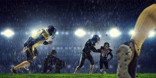 Amerikanska fotbollsspelare på arenan Blandat massmedia Arkivbilder