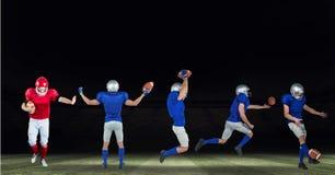 amerikanska fotbollsspelare som är breda på fältsvart Arkivfoto