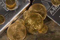 Amerikanska guld- Eagle & buffel uppe på silverstänger Arkivbild
