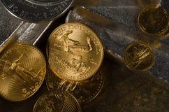 Amerikanska guld- Eagle & silver Eagle Coins med silverstänger Royaltyfri Foto