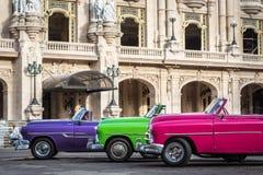 Amerikanska klassiska bilar för HDR Kuba som parkeras på gatan i havannacigarr Arkivfoto