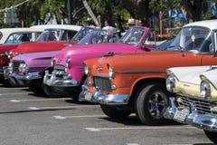 Amerikanska klassiska bilar i havannacigarren, Kuba Royaltyfri Foto