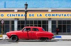 Amerikanska klassiska bilar på gatan i havannacigarr Royaltyfria Foton