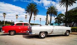 Amerikanska klassiska bilar på promenaden i havannacigarr Royaltyfri Foto