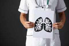 Amerikanska lungs för teckning för sjuksköterskaholdingfärgpulver arkivbild