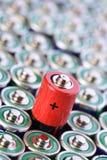 amerikanska motorförbundetformat för alkaliskt batteri med den selektiva fokusen på det enkla batteriet Royaltyfri Foto