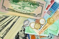 Amerikanska och europeiska sedlar och mynt Fotografering för Bildbyråer