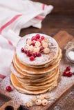 Amerikanska pannkakor med nya bär på träbakgrund fotografering för bildbyråer