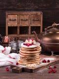 Amerikanska pannkakor med nya bär på träbakgrund arkivbilder