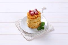Amerikanska pannkakor med nya hallon royaltyfria bilder