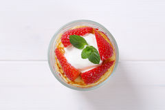 Amerikanska pannkakor med yoghurt och jordgubbar Fotografering för Bildbyråer