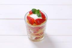 Amerikanska pannkakor med yoghurt och jordgubbar Royaltyfri Foto