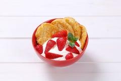 Amerikanska pannkakor med yoghurt och jordgubbar Arkivfoton