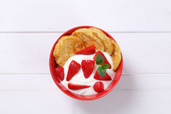 Amerikanska pannkakor med yoghurt och jordgubbar Royaltyfria Foton